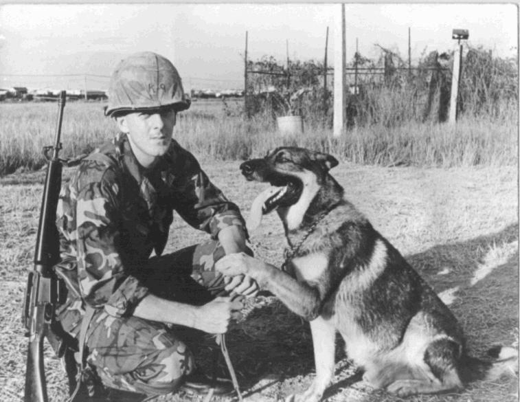 Soldado y can da la pata