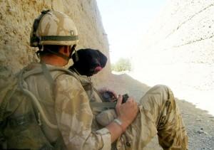 Soldado se hace un tatuaje