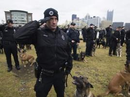 Aren homenaje de cientos de policias